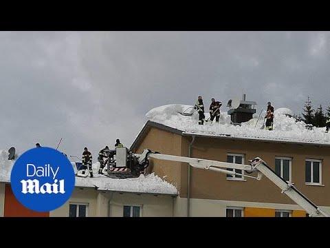 Παλεύουν με τα χιόνια στην Αυστρία
