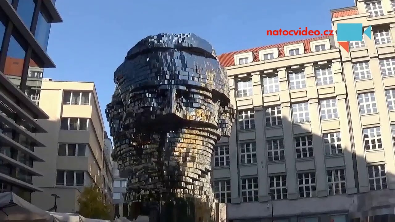 Pohyblivá socha Franze Kafky baví Pražany i turisty z celého světa
