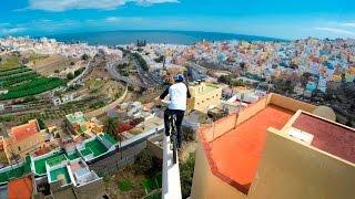 Vélo. Le rider de l'extrême, Danny MacAskill, se paie les toits de Grande Canarie.