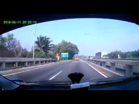 Video Tayar Lori Tercabut Hentam Penunggang Motosikal download in MP3, 3GP, MP4, WEBM, AVI, FLV January 2017