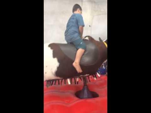 Aprenta como cair do touro mecânico