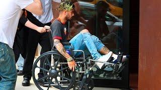 Zayn Malik pasó un complicado momento, luego de terminar en una silla de ruedas al sufrir una lesión en su pie izquierdo. El cantante fue fotografiado mientras era empujado por una mujer hasta el departamento de su novia Gigi Hadid en New York. Afortunadamente, Zayn ya puede volver a caminar y no hay por qué preocuparse!Qué opinan? Selena Gomez y JLO Enamoradas en el Met Gala: https://youtu.be/2T0bfJ0R96wJustin Bieber Canta Despacito con Luis Fonsi: https://youtu.be/OA3zrfZfVIgSuscríbete http://bit.ly/WanestEntFacebook http://facebook.com/WanestYTTwitter http://twitter.com/WanestYTInstagram http://instgram.com/WanestYTZayn Malik en Silla de ruedas, 2017