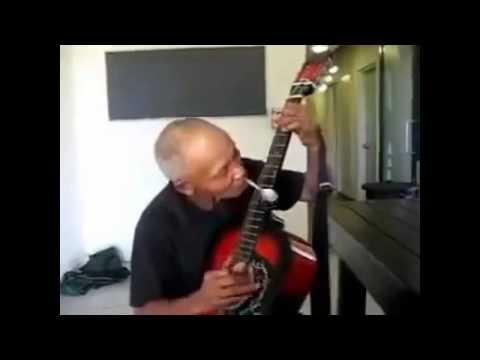 Ông cụ chơi ghita cùng chiếc thìa cực hay