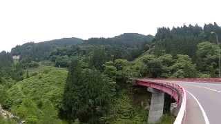 2015年6月、福井県勝山市小原経由で自転車で赤兎山・大長山登山口ま(標高1144m)まで登ってきました。登山口まで98分、12.3km、延べ登り1070m。路面はキレイに舗装されており激坂もなくとても快適、途中にはモリアオガエルの繁殖の湿地帯もあり。登山口には約20台の駐車がありました。撮影は、自作のフレームマウント(手軽で安価)です。https://youtu.be/FO9UXy4REXo