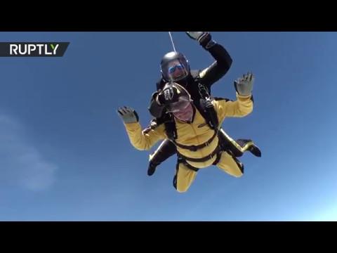 (VIDEO) Skočio padobranom u 102. godini i oborio Ginisov rekord data-original=