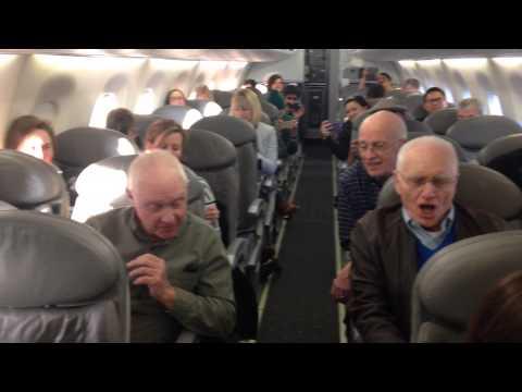 乘客正因為飛機延誤幾個小時而漸漸變得煩躁時,4位老阿伯突然之間一開口就讓全場露出笑容!
