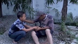 Download Video Mengharukan, anak kecil berhati emas MP3 3GP MP4