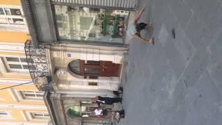 Tata namówił nieśmiałą córkę do zatańczenia na ulicy! To, co zrobiła oczarowało przechodniów!