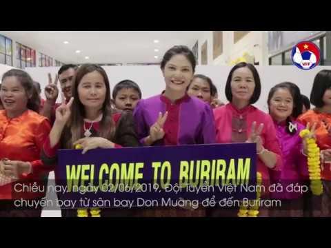ĐTVN xuống sân bay tại Buriram trong sự đón tiếp nồng nhiệt từ các CĐV Thái Lan