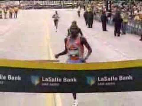 Maratn de Chicago 2006 - Gana, pero se cae en la lnea de meta