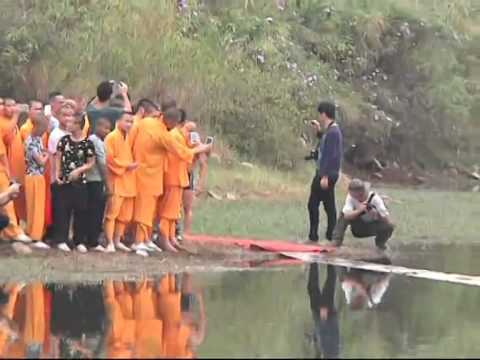 Shaolin monk runs through water for 118 meters
