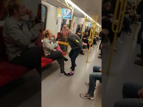Dwie naćpane karyny w Warszawskim metrze.