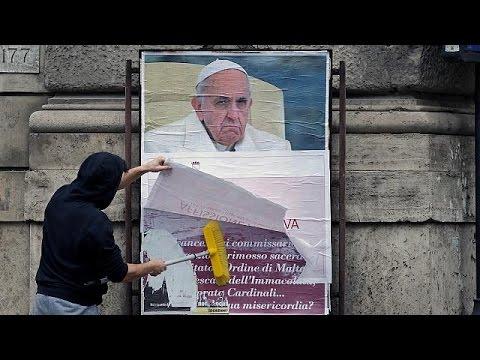 Αφίσες κατά του Πάπα Φραγκίσκου πλημμύρισαν τη Ρώμη