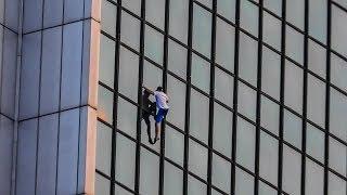 Gość i jego wspinaczka bez zabezpieczeń po ścianie Hotelu Marriott w Warszawie