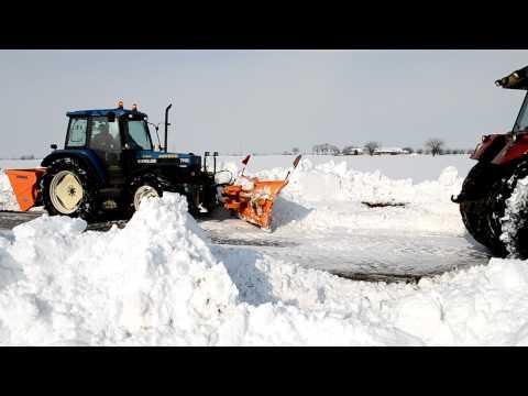 sgombero neve - Team di trattori contro le dune di neve.