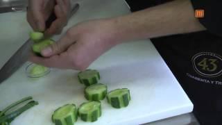 Gefüllte Gurke auf Pumpernickel