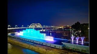Air Mancur Menari Jembatan Kenjeran SuroboyoSalah satu ikon tempat wisata baru di Surabaya, Air Mancur Menari Jembatan Kenjeran Suroboyo! Baru saja diresmikan oleh walikota Surabaya, Ibu Tri Rismaharini di hari Sabtu, 9 Juli 2016, setelah libur Hari Raya Idul Fitri. Selain jembatan Kenjeran Suroboyo yang menghubungkan jarak antara jalur MERR & jalan Laguna Surabaya dengan Taman Hiburan Pantai (THP) Kenjeran Lama menjadi lebih dekat, yang menarik di jembatan ini yaitu adanya permainan air mancur menari (Dancing & Musical Fountain), yang sebelumnya hanya dapat dilihat di berbagai ikon tempat wisata di luar negeri.Air Mancur Menari Jembatan Kenjeran Suroboyo Salah satu ikon tempat wisata baru di Surabaya, Air Mancur Menari Jembatan Kenjeran Suroboyo! Baru saja diresmikan oleh walikota Surabaya, Ibu Tri Rismaharini di hari Sabtu, 9 Juli 2016, setelah libur Hari Raya Idul Fitri. Selain jembatan Kenjeran Suroboyo yang menghubungkan jarak antara jalur MERR & jalan Laguna Surabaya dengan Taman Hiburan Pantai (THP) Kenjeran Lama menjadi lebih dekat, yang menarik di jembatan ini yaitu adanya permainan air mancur menari (Dancing & Musical Fountain), yang sebelumnya hanya dapat dilihat di berbagai ikon tempat wisata di luar negeri.Air Mancur MenariTidak mau kalah dengan luar negeri, air mancur menari Jembatan Kenjeran Suroboyo ini akan menari meliuk-liuk menampilkan berbagai tarian air mancur yang berbeda dengan lighting warna-warni yang akan berganti setiap waktu. Tarian air mancur menari ini juga akan diiringi dengan lagu Surabaya dan Jembatan Merah. Sayangnya penampilan air mancur menari sementara ini tidak tersedia setiap hari, hanya sekitar 1 jam saja pada hari Sabtu (Malam Minggu).Info lebih lanjut dari detik.com : jadwal pertunjukan air mancur menari akan digelar tiap Sabtu malam dengan durasi 60 menit mulai pukul 20.00 Wib – 21.00 Wib.Air Mancur Menari Tidak mau kalah dengan luar negeri, air mancur menari Jembatan Kenjeran Suroboyo ini akan menari meliuk-liuk menampilka