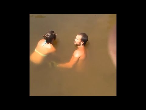 比基尼正妹潛入水中時沒人知道她要幹嘛,直到10秒鐘後…她浮出水面時大家的下巴都掉了!