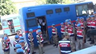 Siirt'te Fetullahçı Terör Örgütü/Paralel Devlet Yapılanması'nın (FETÖ/PDY) darbe girişimine katıldıkları gerekçesiyle, dönemin 3'üncü Komando Tugay Komutanı Ahmet Şimşek'in de aralarında bulunduğu 110'u tutuklu 320 askerin yargılanması başladı. Askerler duruşmaya getirilirken toplanan bir grup idam sehpası kurarak idam ipi attı. Siirt Cumhuriyet Başsavcılığı'nca yürütülen FETÖ/PDY soruşturması kapsamında, 15 Temmuz akşamı Siirt Valiliği'ni kuşatmaya gittiği iddia edilen ve aralarında dönemin 3'üncü Komando Tugay Komutanı Ahmet Şimşek'in de bulunduğu 110'u tutuklu 320 askerin yargılanmasına başlandı. Kilitli kapı taşla kırıldı Sabah saat 07.00 sularında, Siirt E-Tipi Kapalı Ceza İnfaz Kurumu'ndan cezaevi araçlarıyla adliyeye getirilen tutuklu sanıklar, yoğun bir güvenlik önlemi eşliğinde Siirt Üniversitesi merkez kampüsü rektörlük binası konferans merkezinin duruşma salonu olarak dizayn edilen binaya getirildi. İç ve dış kapının kilitli olması nedeniyle bir müddet kapının açılmaması üzerine polis ekipleri dış kapının kilidini büyük bir taş parçasıyla kırdı. 'İdam isteriz tepkisi' Yoğun güvenlik önlemleri alınırken, araçların geçiş güzergahları trafiğe kapatıldı. Duruşma alanına giren asker yakınları arama koridorundan geçirilerek kendilerine dışarıda ayrılan bölümlere getirildi. Dışarıda toplanan bir grup idam sehpası kurarak darbeci askerler aleyhine 'idam isteriz' diye bağırdı. Asker ailelerin bulunduğu alana gelen bazı göstericiler, darbeci ailelere laf atınca asker ailesi ile göstericiler arasında sözlü tartışma yaşandı. Polis ekiplerinin araya girmesiyle gerginlikte sonlandırıldı. 3 kez ağırlaştırılmış müebbet talebi Dönemin 3'üncü Komando Tugay Komutanı Ahmet Şimşek'in de bulunduğu 110'u tutuklu 220 asker hakkında 'Anayasal düzeni ortadan kaldırmaya teşebbüs, Türkiye Büyük Millet Meclisi'ni ortadan kaldırmaya veya görevini yapmasını engellemeye teşebbüs ve silahlı terör örgütüne üye olmak' suçlarından 3'er kez ağırlaştırılmış ömür boyu ve 15'er yıla kadar hapis