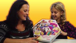 Пока Катя ходила на день рождения одноклассницы, мы сделали обзор и распаковку детского набора для творчества Я ЛУНА из фильма ДИСНЕЯ Воздушные  Фломастеры с трафаретами. Ксюша с мамой распаковывают игрушки Тестируем набор для творчества Soi Luna Dysney✿ Композиция заставки Major Lazer LEAN ON.M&M's ЧЕЛЛЕНДЖ: https://youtu.be/zYWICESU1xIЭКСПЕРИМЕНТ #1! ВОЛОСЫ ВСТАЮТ ДЫБОМ: https://youtu.be/p59LeRtt0zEБОЛЬШОЙ СУПЕР ВЗРЫВ ЧЕЛЛЕНДЖ! https://youtu.be/s-vMC6CvrpcЭКСПЕРИМЕНТ! Катя весит 100 килограмм: https://youtu.be/HMuufwWP1OkЭКСПЕРИМЕНТ! Новая причёска необычным способом! https://youtu.be/z_DfaIS7-H8✿ Композиция заставки в наших видео Major Lazer LEAN ON.Подписывайтесь на наш канал!  Пишите Ваши отзывы о новых видео в комментариях!Всех обнимаем и очень любим!♥ Все самые веселые девчонки уже подписались ♥ ✿ ✿ ✿ ПЛЕЙЛИСТЫ КАНАЛА РАДУЖКИ:👍 ЛУЧШИЕ ЧЕЛЕНДЖИ ✿  !!! CHALLENGE !!!  https://www.youtube.com/playlist?list=PLL7aEhIQQVvRDdpKS2dM6TngBXPFPoUtp👍 РАСПАКОВКА ИГРУШЕК ✿  toy unboxing videos:  https://www.youtube.com/playlist?list=PLL7aEhIQQVvTP7DeLkPmEpljs3g_5fTng👍 ВЛОГ ВИДЕО ✿ VLOG видео -  https://www.youtube.com/playlist?list=PLL7aEhIQQVvRR08mGLOr5EqyPQiKAHgDW✿ ✿ ✿ Подписывайтесь на наш канал :) что бы не пропустить новые видео: https://goo.gl/nUEMzU ✿ ✿ ✿ ✿ Наша ГРУППА В VK: http://vk.com/raduzki1 ✿ Инстаграм: https://www.instagram.com/raduzki✿ Канал Ксюши: http://www.youtube.com/c/KsenyaJoy?su... ✿ Мы в Musical.ly - Raduzki Rainbow Worlde-mail: raduzki100@gmail.comМоя реферальная программа VSP Group : https://youpartnerwsp.com/join?3814#челлендж #лучшиеподружки #лучшиечелленджи #длядевочек #семейныевидео #vlog #детииродители #лучшиеподружки #каналдлядетей #толькодлядевочек #радужки #влогМузыка предоставлена сайтом https://player.epidemicsound.com композицияyt:quality=high: