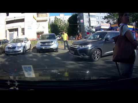 Велосипедист прощёлкал, врезался в авто, а потом еще напал на водителя с перцовым баллончиком