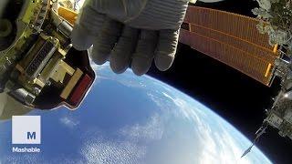 2 astronautes de la NASA se filment pendant une opération