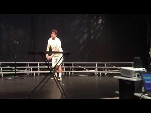 這名大學生在才藝表演上拿了一個水瓶往桌子慢跑,停下來後的下個動作讓全場暴動了!