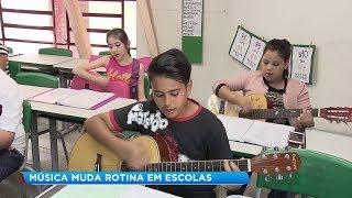 Alunos aprendem a tocar violão em salas de aula de Bauru