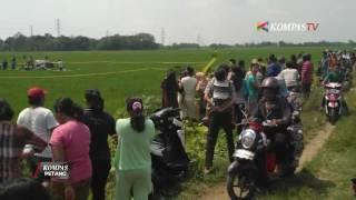 Polisi dan TNI langsung mengamankan area lokasi jatuhnya pesawat latih Cessna 172 di areal persawahan di Cirebon, Jawa Barat. Polisi pasang garis polisi di s...