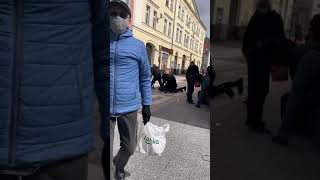Obywatele wraz z policją pacyfikują dwóch mężczyzn bez maseczek. Przechodzień utrudnia rejestrowanie