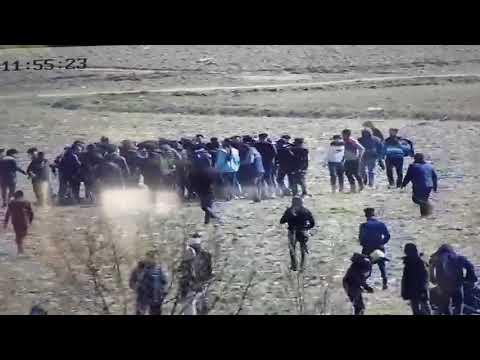 Μετανάστες συγκεντρώνονται γύρω από Τούρκους αστυνομικούς με κινήσεις και χειρονομίες συνεννόησης
