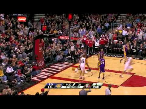LaMarcus Aldridge dunks over the Los Angeles Lakers