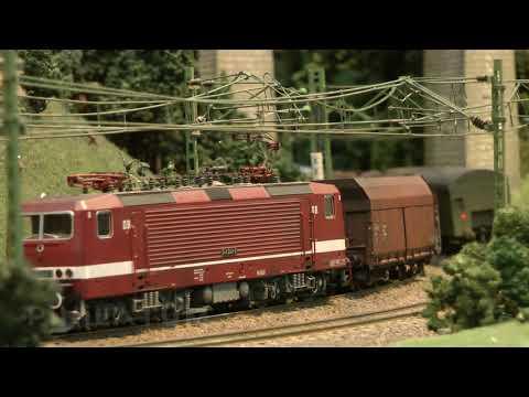 Plastico HO con una linea di contatto o linea aerea per le locomotive elettriche dalla Germania