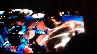 Solo de bateria por parte de Nicko McBrain luego del solo de Bruce Dickinson... Todavia en ese momento seguian solucionando el problema de las vallas. Mas Vi...