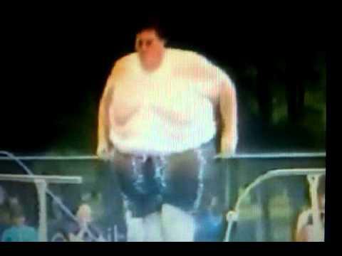 uomo grasso si tuffa in piscina