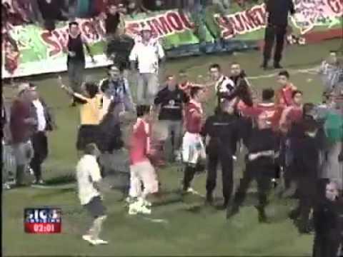 Polizia picchia tifoso, tifosi picchiano polizia