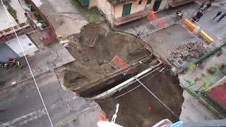 İtalya'da su borusu patladı, dev çukur açıldı