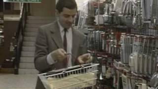 Мистер Бин выбирает товары в магазине
