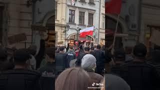 Policja dołącza do protestujących w Krakowie.