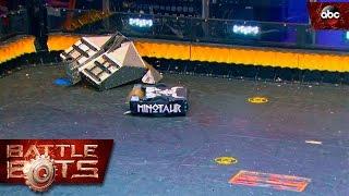 Эпичный бой роботов - «Кузнец» против «Минотавра» на шоу BattleBots