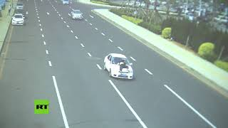 Un conductor arrastra a un oficial de Policía mientras huye de una inspección