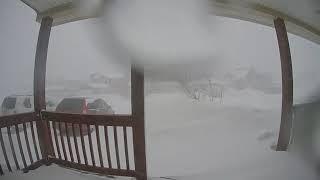 Tęsknicie za zimą? Zobaczcie jak w 24 godziny śnieg zasypał dom