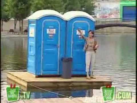 Toilet tự chạy ra giữa hồ
