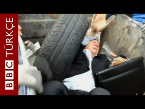 Protestocular Milletvekilini 'Çöpe Attı'