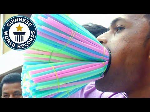 Новый безумный рекорд: мужчина засунул себе в рот 459 соломинок для коктейлей
