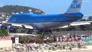 Konkretnie ich zdmuchnął z plaży! Tak wygląda ekstremalny start samolotu w Maho Beach!