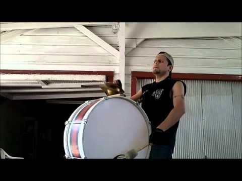 Practica con el bombo (murga)