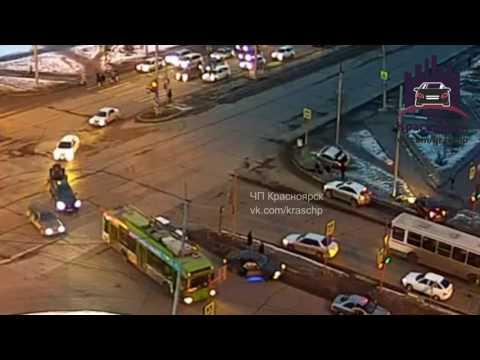 В Красноярске два человека вылетели из «Хонды» при столкновении