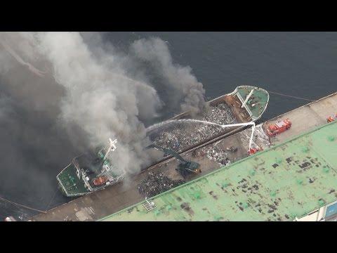 Камбоджийское судно горит в японском порту