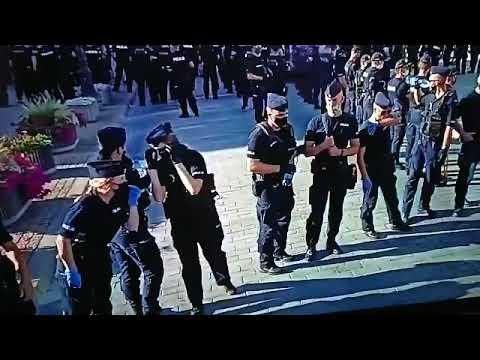 Jak pić wodę gdy policjanci mają nakaz noszenia maseczki?